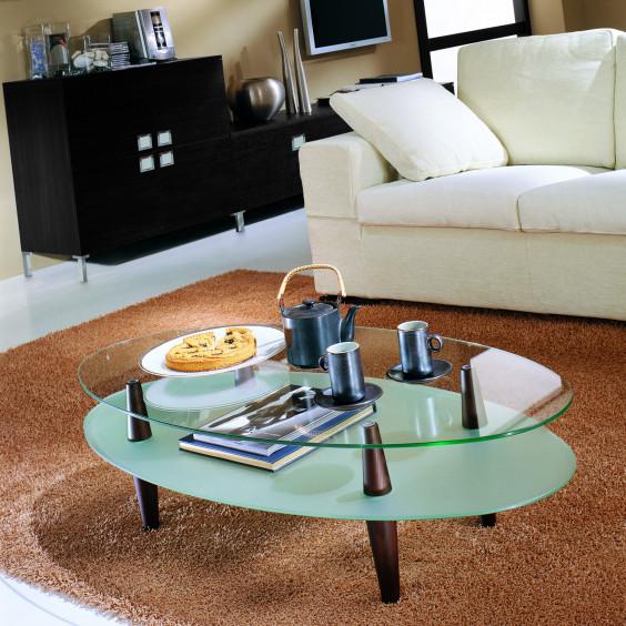 Uovo Glass è un tavolino con due ripiani in cristallo: trasparente quello superiore, acidato quello inferiore. (Dettagli in rovere moro, finitura non disponibile)