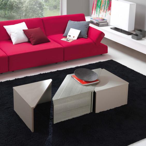 Tetris è un basso tavolino triangolare da salotto componibile a piacere con altri modelli.