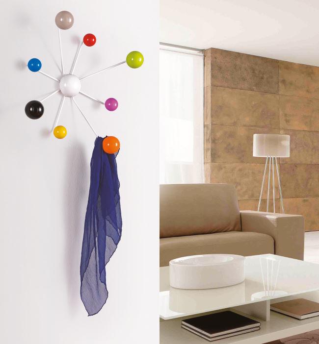 Soluzione per ingresso moderno con attaccapanni con ganci colorati