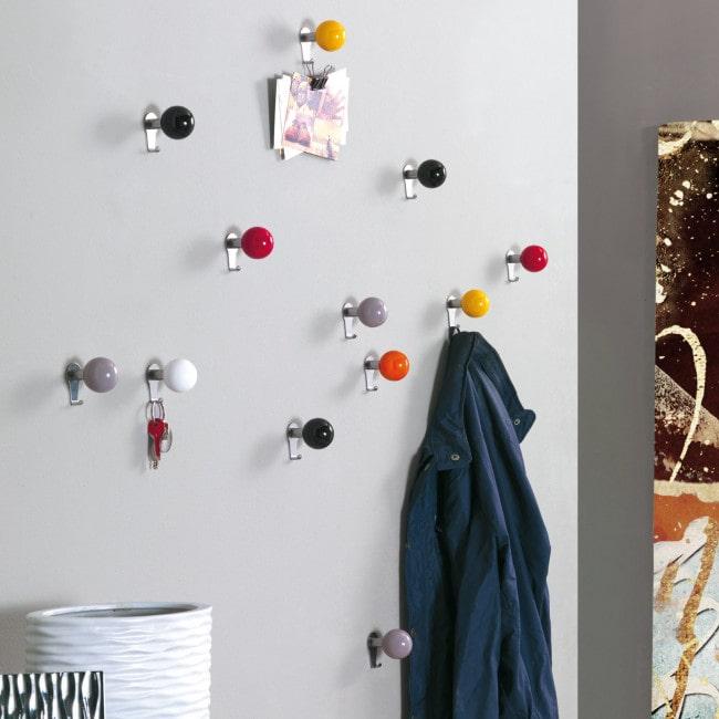 Soluzione per la parete dell'ingresso: pomelli appendiabiti colorati