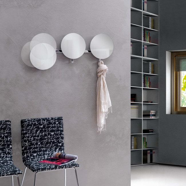Soluzione per ingresso design: specchi con ganci