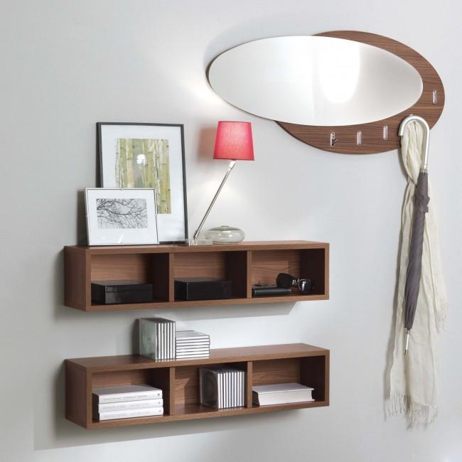 Mensole e specchiera con ganci a pressione ideale per un corridoio stretto.