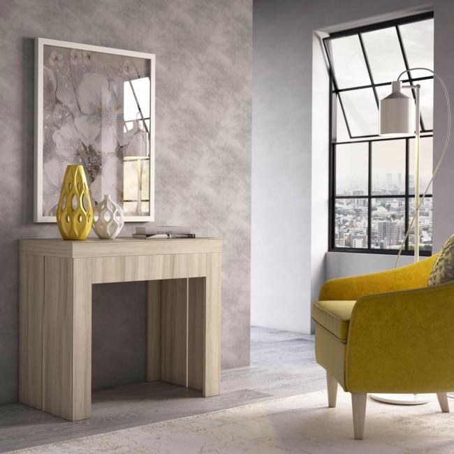 Consolle in legno chiaro chiusa che si trasforma in tavolo da 8 posti